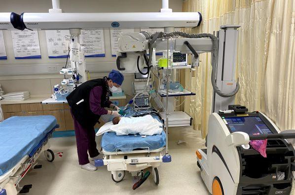 Bé sơ sinh 7 ngày tuổi bị sặc sữa tím tái toàn thân, không còn nhịp tim, không thở - Ảnh 2.