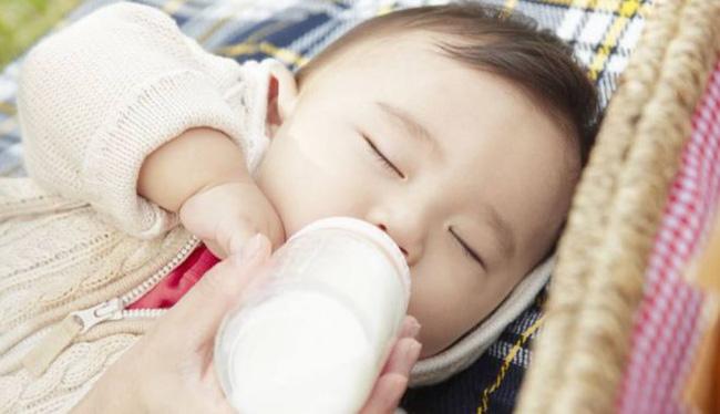 Bé sơ sinh 7 ngày tuổi bị sặc sữa tím tái toàn thân, không còn nhịp tim và thở - Ảnh 3.