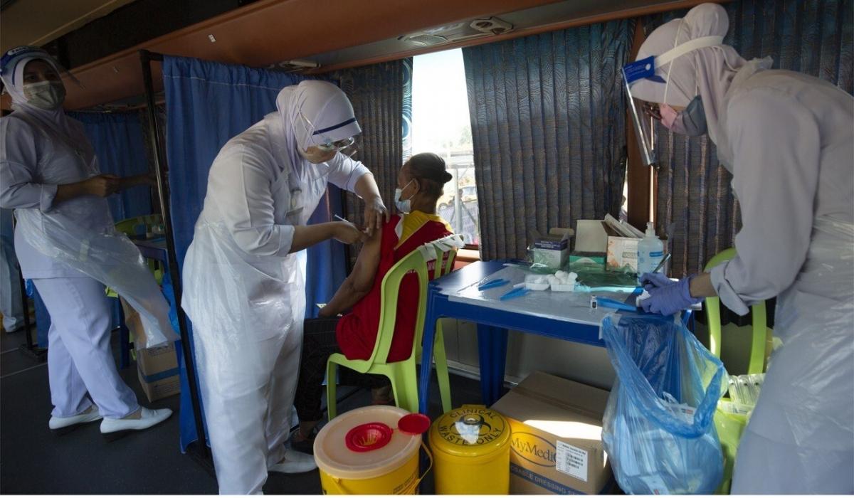 Nhân viên y tế Malaysia bị cáo buộc sử dụng ống vaccine rỗng tiêm cho người dân - Ảnh 1.