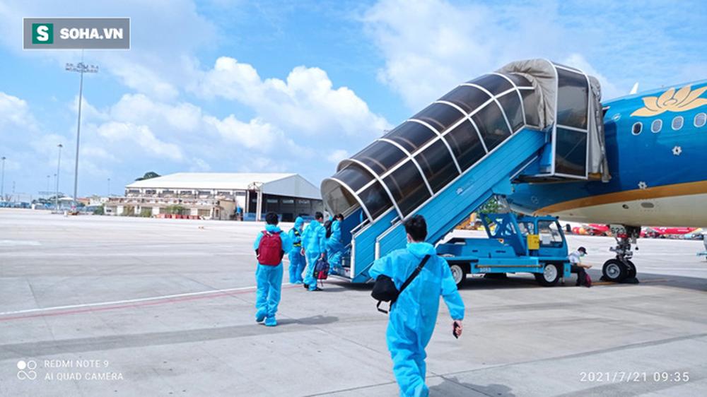 Cận cảnh chuyến bay đưa bà con Đà Nẵng về từ TP HCM - Ảnh 1.