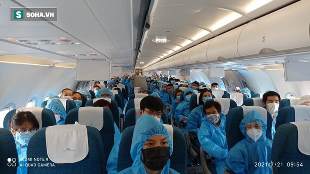 Cận cảnh chuyến bay đưa bà con Đà Nẵng về từ TP HCM - Ảnh 2.