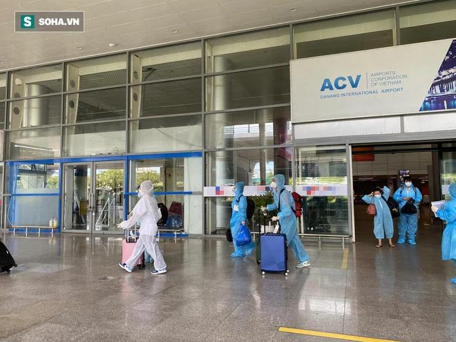 Cận cảnh chuyến bay đưa bà con Đà Nẵng về từ TP HCM - Ảnh 6.