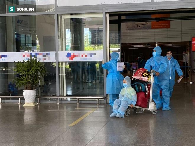 Cận cảnh chuyến bay đưa bà con Đà Nẵng về từ TP HCM - Ảnh 7.