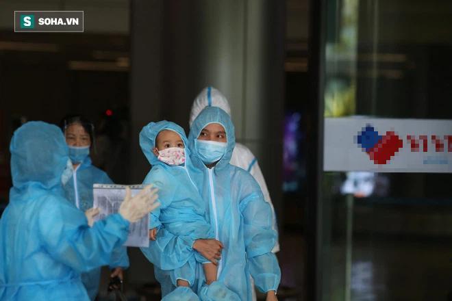 Cận cảnh chuyến bay đưa bà con Đà Nẵng về từ TP HCM - Ảnh 9.