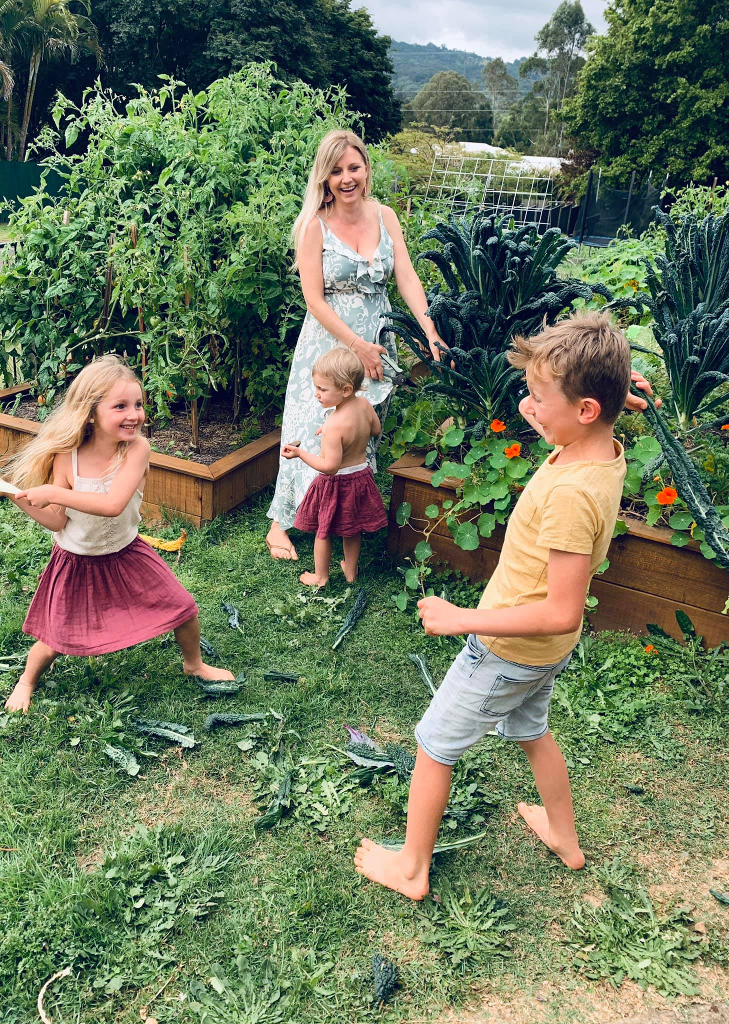 Cuộc sống chỉ có tiếng cười và sự an yên của người mẹ cùng 4 đứa trẻ bên khu vườn ở quê xanh mát quanh năm - Ảnh 5.