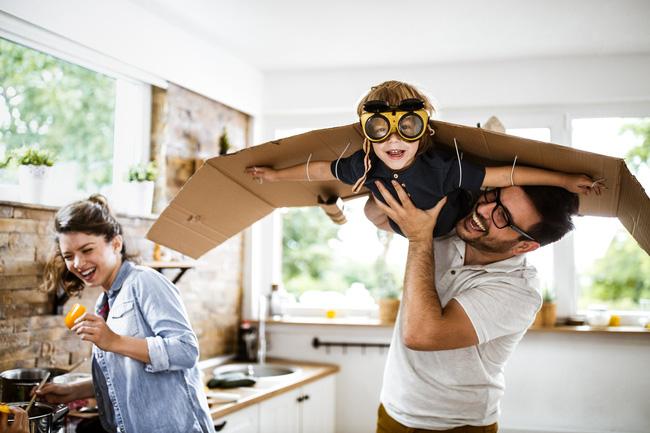 Tận dụng thời gian giãn cách xã hội vì COVID-19 để chơi đùa cùng con cái, bố mẹ nhận về vô vàn lợi ích cho bản thân - Ảnh 2.