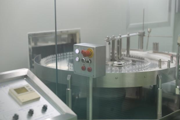 Ảnh: Cận cảnh quy trình gia công, đóng ống vaccine Sputnik V tại Việt Nam - Ảnh 1.