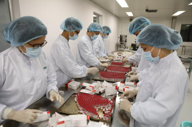 Ảnh: Cận cảnh quy trình gia công, đóng ống vaccine Sputnik V tại Việt Nam - Ảnh 9.