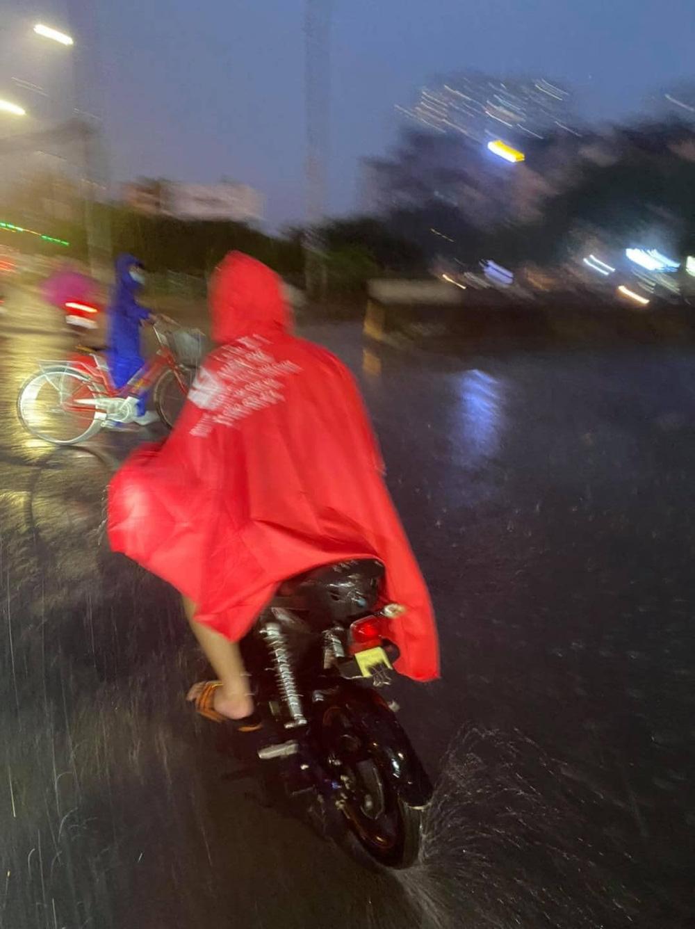 Gặp cậu bé đi đường, người đàn ông ráo riết đuổi theo giữa cơn mưa và có hành động lạ - Ảnh 4.