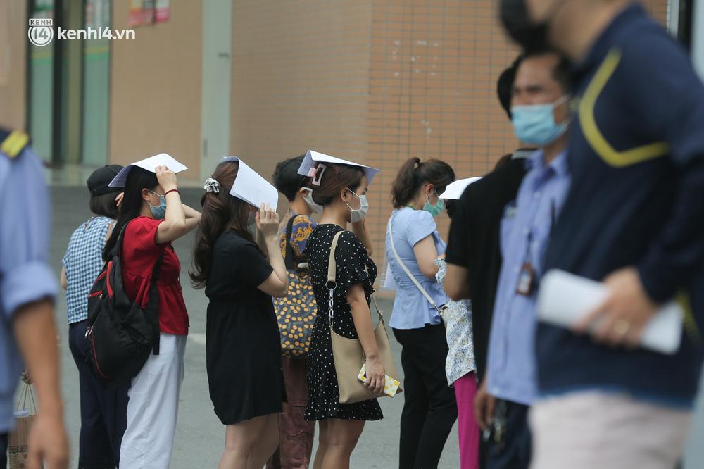 Hà Nội: Dòng người chen chân đến Bệnh viện E chờ tiêm phòng vắc xin Covid-19 - Ảnh 9.