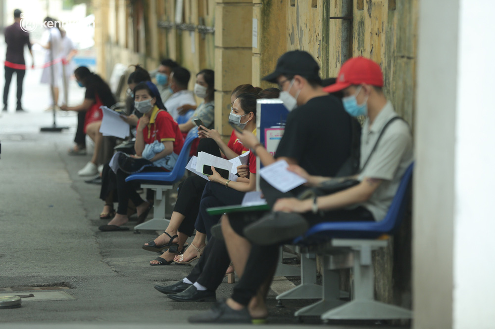 Hà Nội: Dòng người chen chân đến Bệnh viện E chờ tiêm phòng vắc xin Covid-19 - Ảnh 12.