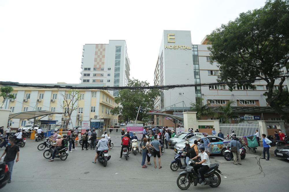 Hà Nội: Dòng người chen chân đến Bệnh viện E chờ tiêm phòng vắc xin Covid-19 - Ảnh 2.