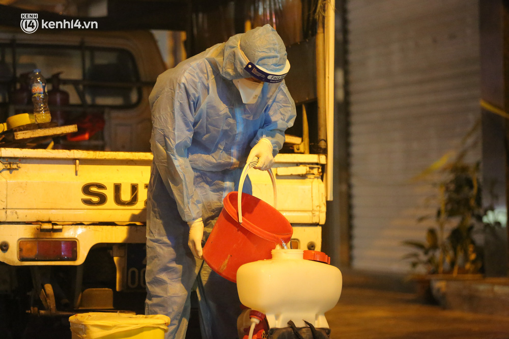 Hà Nội: Phát hiện 2 ca dương tính SARS-CoV-2 mới tại Tây Hồ, chính quyền phong toả, xuyên đêm lấy mẫu xét nghiệm cho người dân - Ảnh 8.