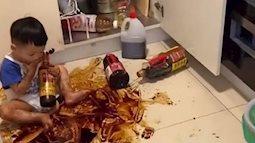 Con đang chơi bỗng nhiên im bặt, mẹ vội chạy vào bếp kiểm tra, nhìn cảnh tượng trước mắt suýt không giữ nổi bình tĩnh