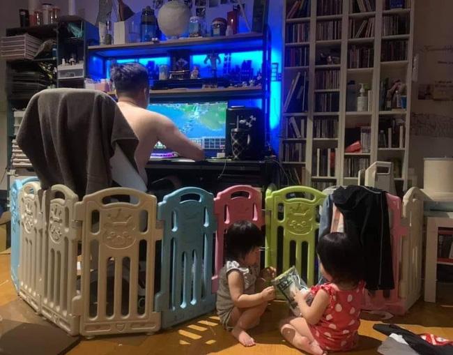 Nhờ chồng trông 2 con để đi nấu cơm, xong xuôi quay lại nhìn mấy bố con mà mẹ trẻ muốn