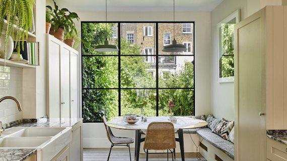 Căn nhà với những khung cửa view vườn cây xanh mát dịu giữa nắng hè