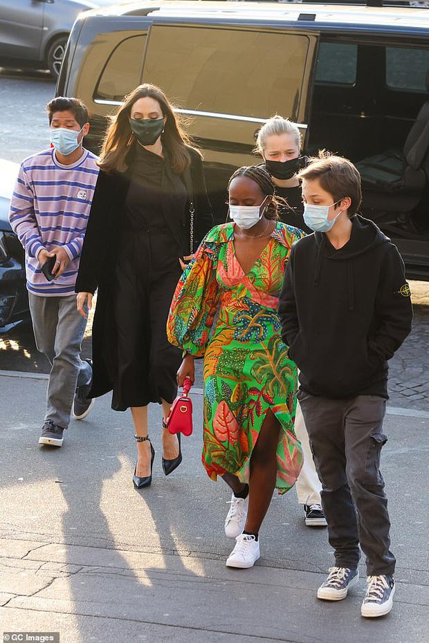 Mẹ con Angelina Jolie đi shopping mà gây xôn xao đường phố Paris, spotlight đổ dồn về cô con gái Shiloh với màn lột xác nữ tính - Ảnh 2.