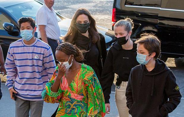 Mẹ con Angelina Jolie đi shopping mà gây xôn xao đường phố Paris, spotlight đổ dồn về cô con gái Shiloh với màn lột xác nữ tính - Ảnh 4.