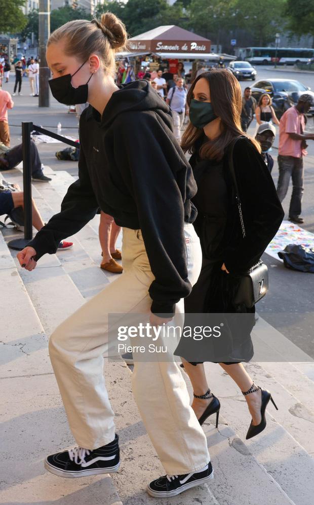 Mẹ con Angelina Jolie đi shopping mà gây xôn xao đường phố Paris, spotlight đổ dồn về cô con gái Shiloh với màn lột xác nữ tính - Ảnh 5.