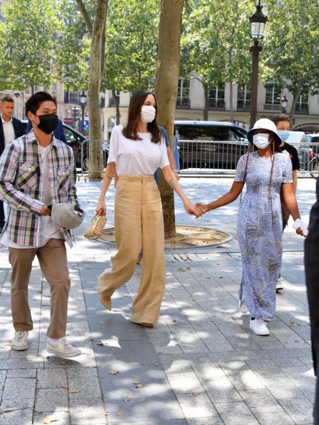 Mẹ con Angelina Jolie đi shopping mà gây xôn xao đường phố Paris, spotlight đổ dồn về cô con gái Shiloh với màn lột xác nữ tính - Ảnh 8.
