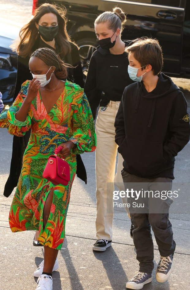 Mẹ con Angelina Jolie đi shopping mà gây xôn xao đường phố Paris, spotlight đổ dồn về cô con gái Shiloh với màn lột xác nữ tính - Ảnh 3.