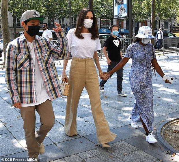 Mẹ con Angelina Jolie đi shopping mà gây xôn xao đường phố Paris, spotlight đổ dồn về cô con gái Shiloh với màn lột xác nữ tính - Ảnh 11.