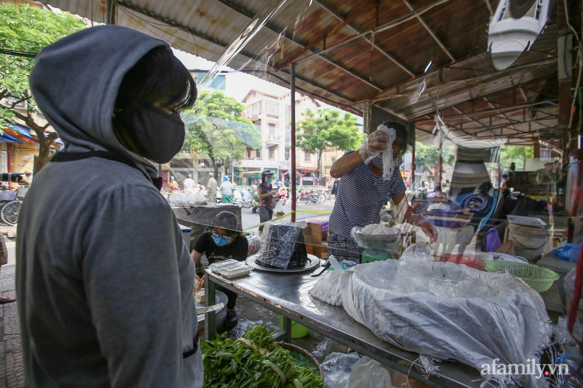 Ấn tượng với khu chợ dân sinh đầu tiên ở Hà Nội quây tấm nilon phòng dịch COVID-19, tiểu thương chia ca đứng bán theo ngày chẵn, lẻ - Ảnh 3.