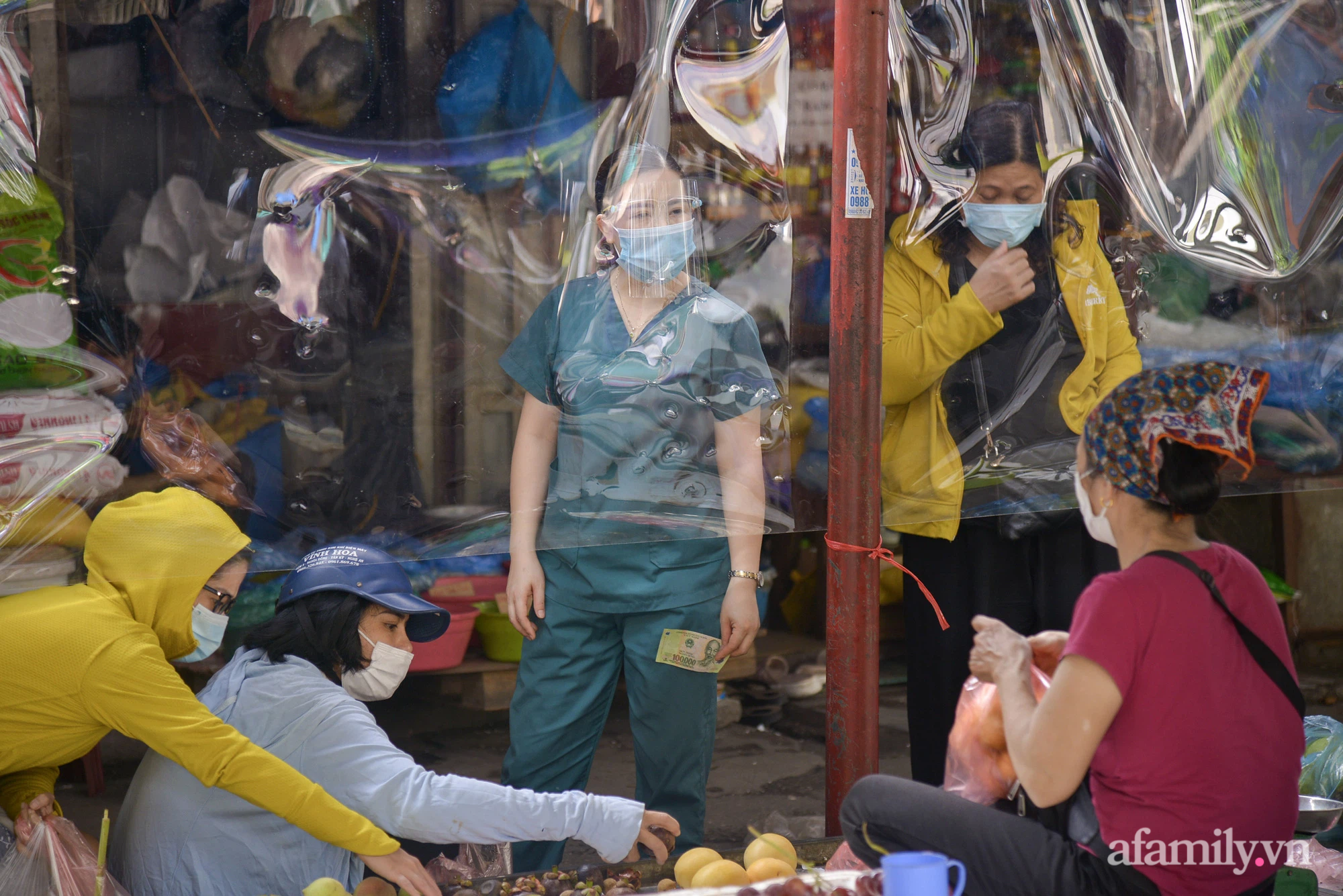 Ấn tượng với khu chợ dân sinh đầu tiên ở Hà Nội quây tấm nilon phòng dịch COVID-19, tiểu thương chia ca đứng bán theo ngày chẵn, lẻ - Ảnh 13.