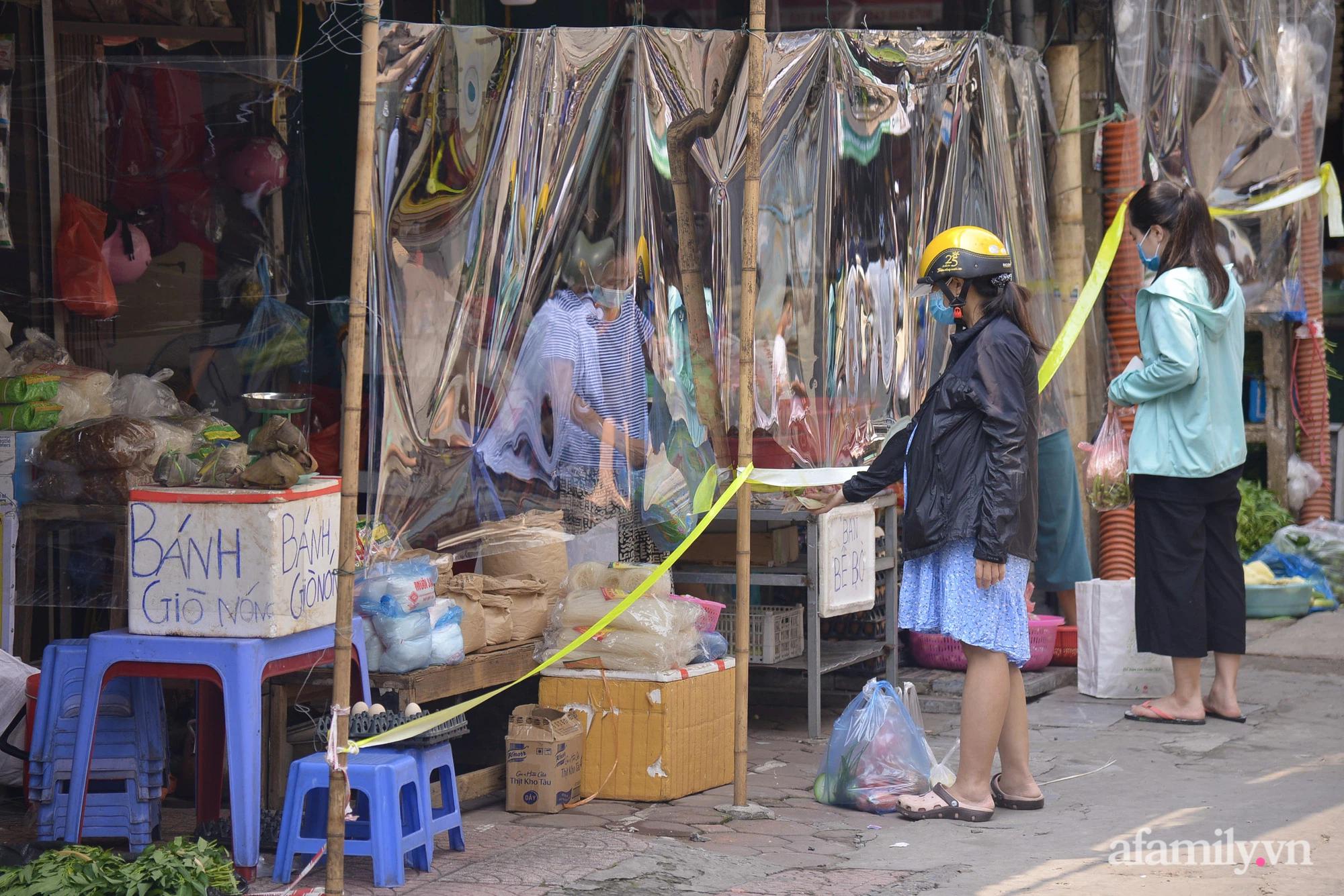 Ấn tượng với khu chợ dân sinh đầu tiên ở Hà Nội quây tấm nilon phòng dịch COVID-19, tiểu thương chia ca đứng bán theo ngày chẵn, lẻ - Ảnh 14.
