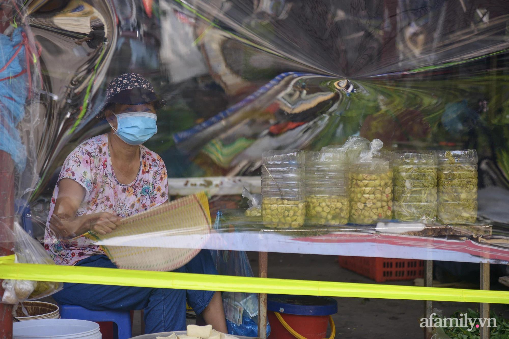 Ấn tượng với khu chợ dân sinh đầu tiên ở Hà Nội quây tấm nilon phòng dịch COVID-19, tiểu thương chia ca đứng bán theo ngày chẵn, lẻ - Ảnh 15.