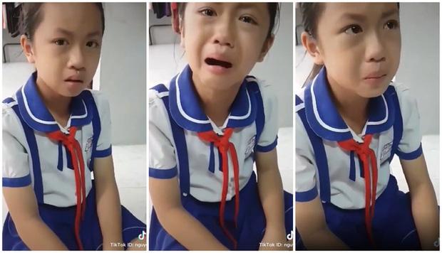 Cô bé khóc nức nở vì bị thầy giáo dùng thước đánh đầu, nhưng sự thật trời ơi đất hỡi đằng sau khiến ai cũng sặc cười - Ảnh 2.