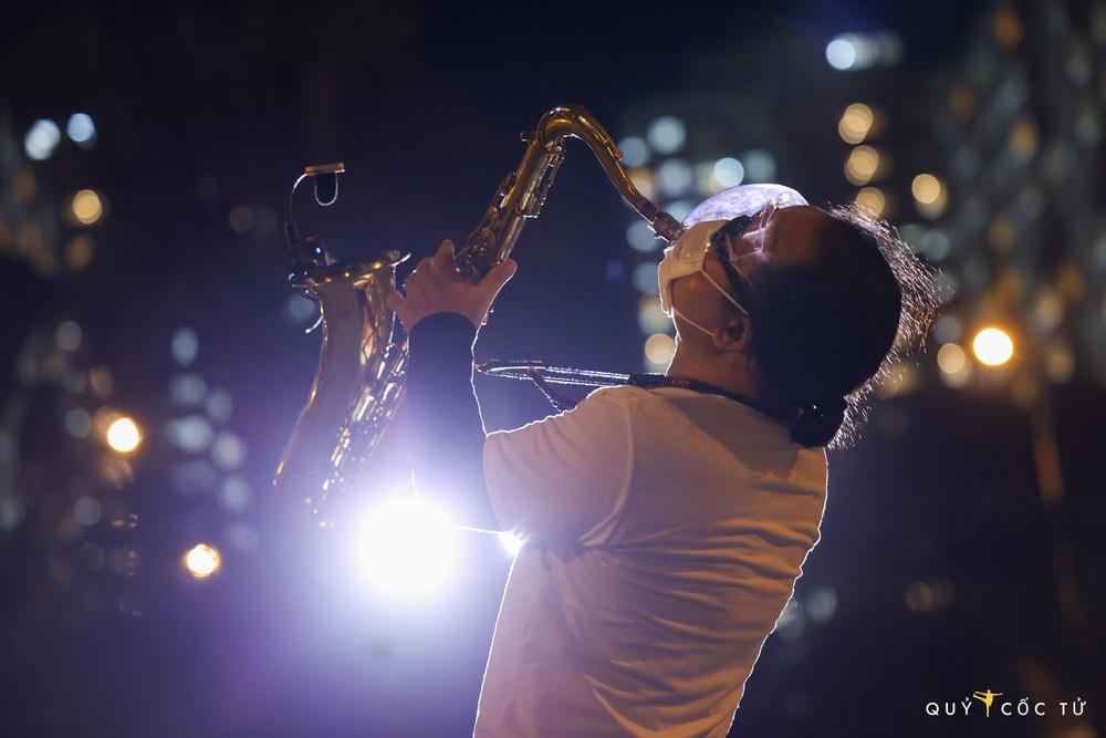 NS Trần Mạnh Tuấn biểu diễn saxophone trong bệnh viện dã chiến lay động mạnh: Đây là sân khấu đặc biệt nhất cuộc đời tôi - Ảnh 2.