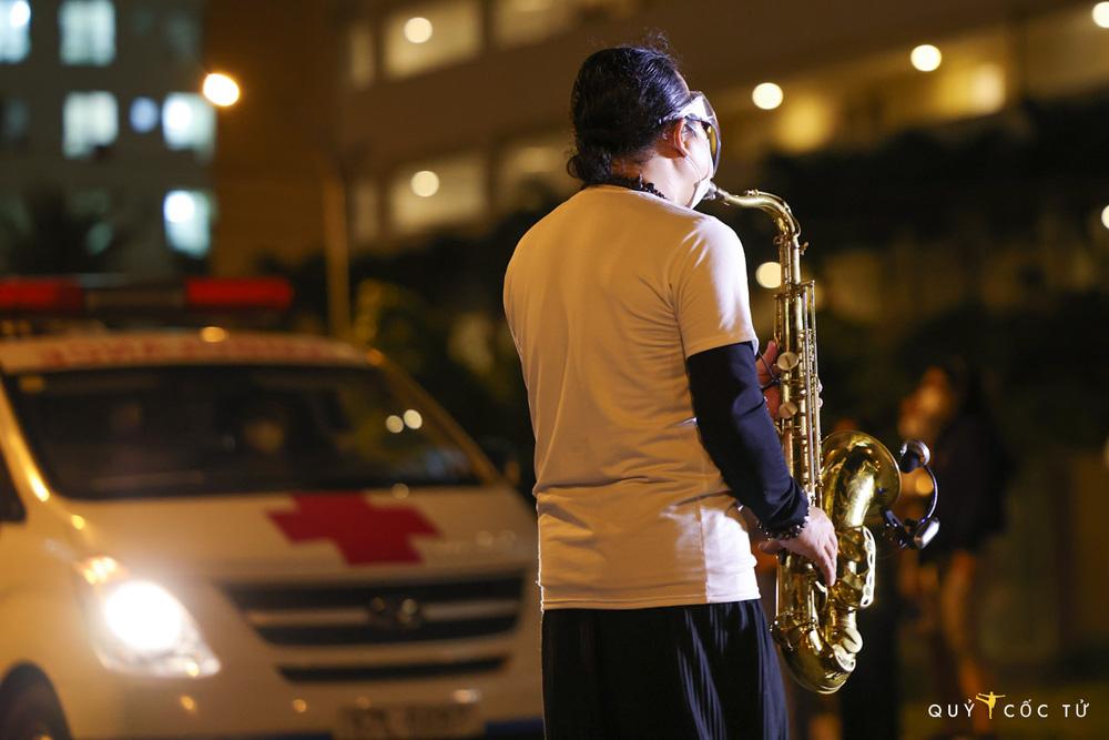 NS Trần Mạnh Tuấn biểu diễn saxophone trong bệnh viện dã chiến lay động mạnh: Đây là sân khấu đặc biệt nhất cuộc đời tôi - Ảnh 1.