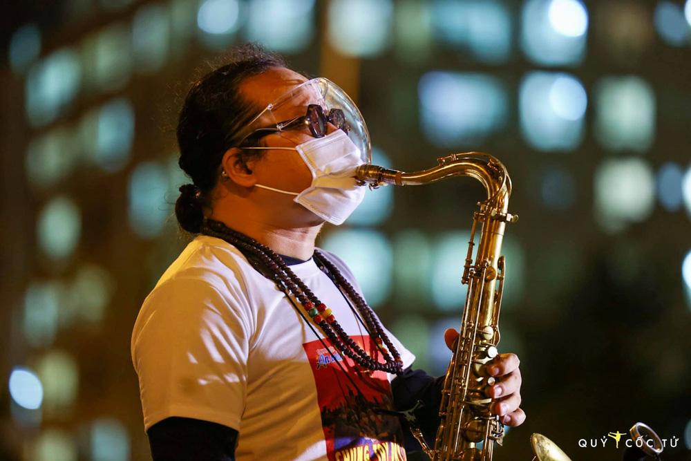 NS Trần Mạnh Tuấn biểu diễn saxophone trong bệnh viện dã chiến lay động mạnh: Đây là sân khấu đặc biệt nhất cuộc đời tôi - Ảnh 5.