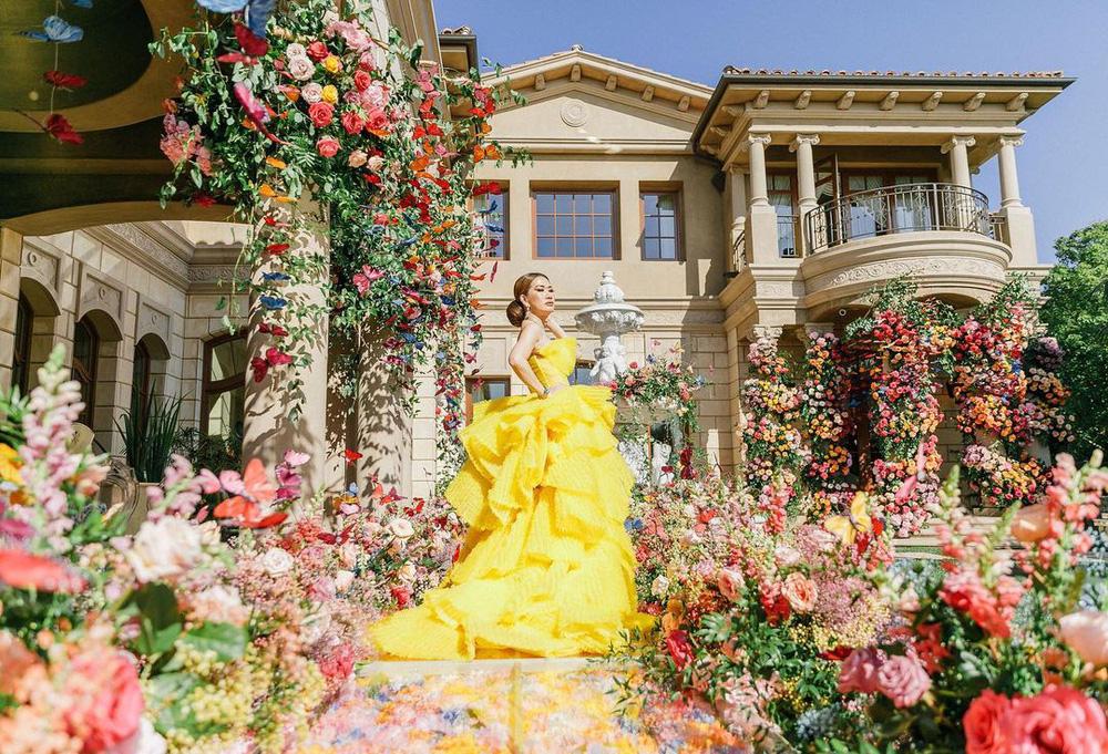Nữ tỷ phú gốc Việt 52 tuổi vẫn đẹp nóng bỏng, sống siêu giàu trong biệt thự 800 tỷ ở Mỹ - Ảnh 1.