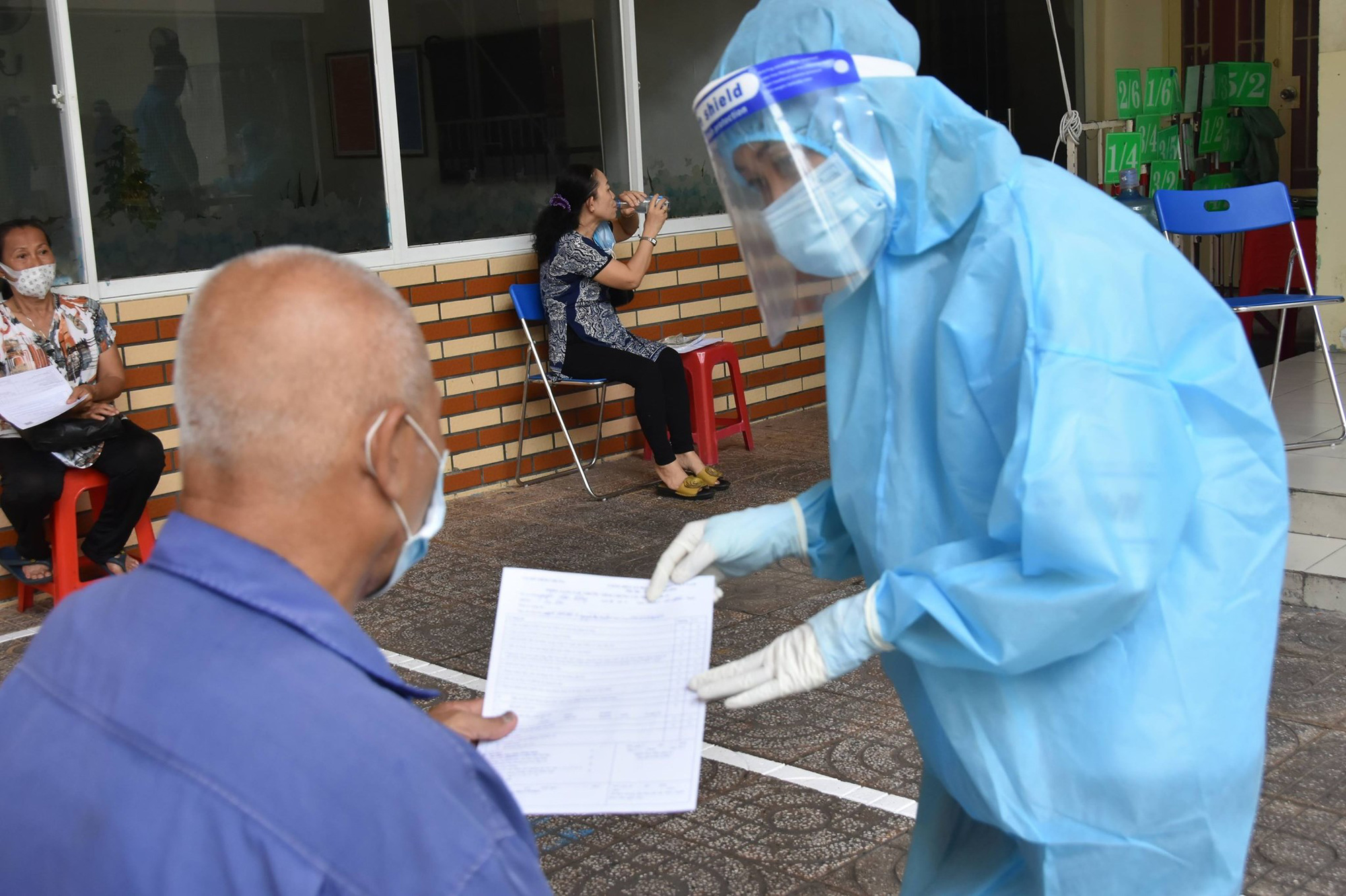 Đã có gần 300.000 người tại TP.HCM được tiêm vắc xin phòng COVID-19 trong đợt 5 - Ảnh 1.