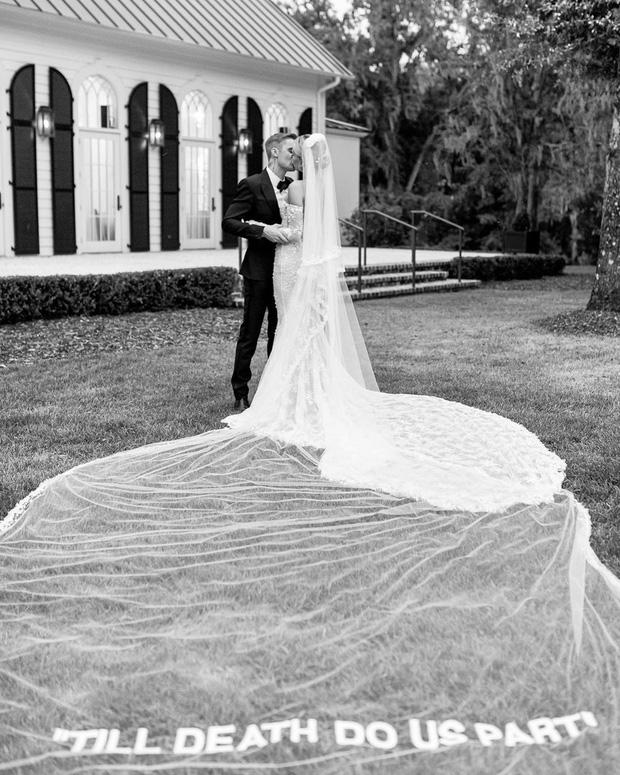 11 pha diện váy cưới hot nhất hành tinh: Bộ loa căng tức của Kim Kardashian liệu có lấn át body vợ Justin Bieber? - Ảnh 21.