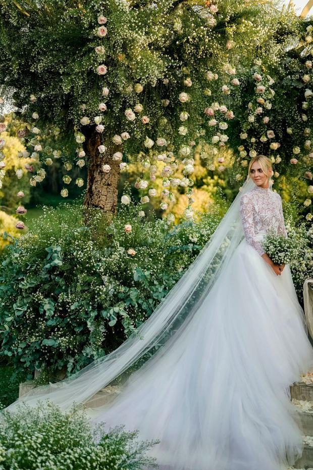11 pha diện váy cưới hot nhất hành tinh: Bộ loa căng tức của Kim Kardashian liệu có lấn át body vợ Justin Bieber? - Ảnh 19.