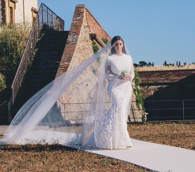 11 pha diện váy cưới hot nhất hành tinh: Bộ loa căng tức của Kim Kardashian liệu có lấn át body vợ Justin Bieber? - Ảnh 11.
