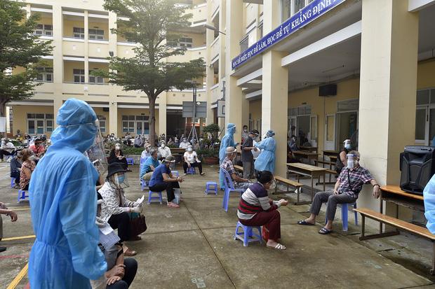 Phó Thủ tướng Vũ Đức Đam xuất hiện giản dị tại một điểm tiêm vắc xin ở quận Bình Thạnh: Dồn sức điều trị, tiêm chủng ở TP.HCM - Ảnh 2.
