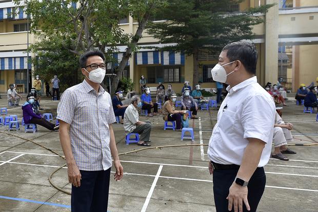 Phó Thủ tướng Vũ Đức Đam xuất hiện giản dị tại một điểm tiêm vắc xin ở quận Bình Thạnh: Dồn sức điều trị, tiêm chủng ở TP.HCM - Ảnh 1.