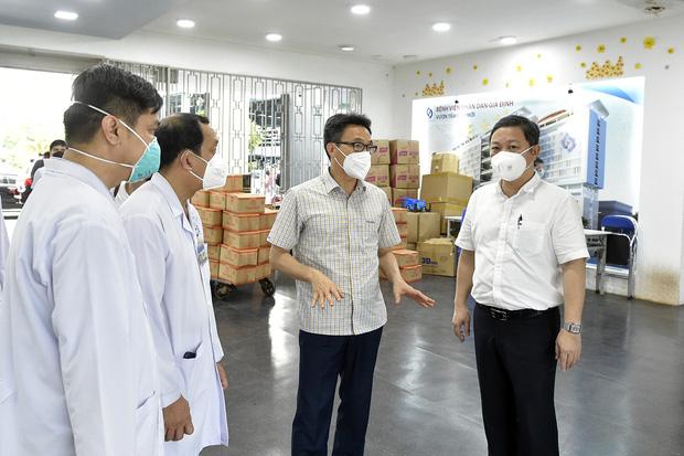 Phó Thủ tướng Vũ Đức Đam xuất hiện giản dị tại một điểm tiêm vắc xin ở quận Bình Thạnh: Dồn sức điều trị, tiêm chủng ở TP.HCM - Ảnh 3.