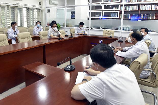 Phó Thủ tướng Vũ Đức Đam xuất hiện giản dị tại một điểm tiêm vắc xin ở quận Bình Thạnh: Dồn sức điều trị, tiêm chủng ở TP.HCM - Ảnh 4.