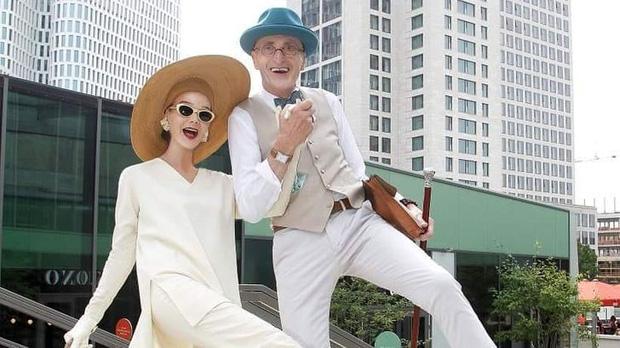 """Cặp đôi """"ông bà anh"""" U80 gây bão MXH với phong cách chất hết nấc, mỗi lần xuống phố đều như đi catwalk khiến giới trẻ cũng phải ghen tỵ - Ảnh 4."""