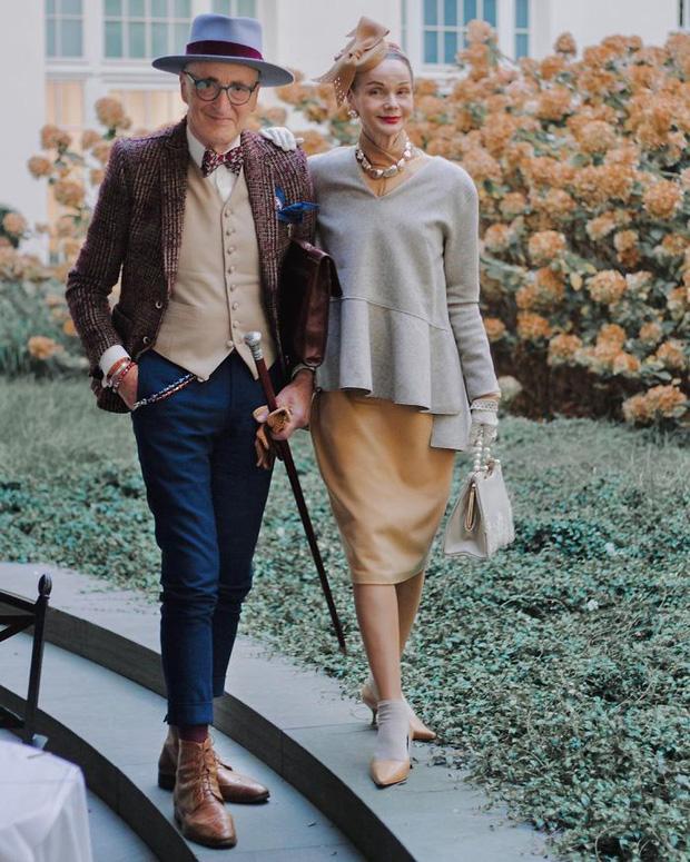 """Cặp đôi """"ông bà anh"""" U80 gây bão MXH với phong cách chất hết nấc, mỗi lần xuống phố đều như đi catwalk khiến giới trẻ cũng phải ghen tỵ - Ảnh 2."""