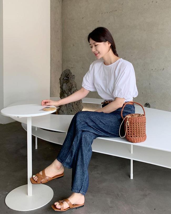 12 cách mặc áo blouse trắng của gái Hàn  - Ảnh 7.