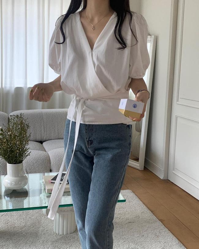 12 cách mặc áo blouse trắng của gái Hàn  - Ảnh 3.
