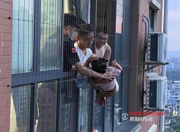 Ở nhà một mình, bé gái 4 tuổi trèo ra cửa sổ rồi bò từ tầng 20 xuống nhà hàng xóm tầng 18, cảnh tượng sau đấy khiến ai nấy thót tim - Ảnh 1.
