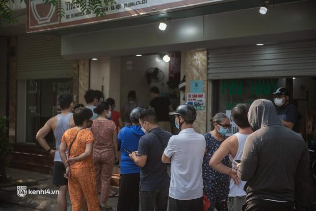Xếp hàng dài mua đồ ăn ở Long Biên (Hà Nội): Khách mang cả cái nồi to, chủ quán làm 500 tô/ngày vẫn không đủ bán - Ảnh 2.
