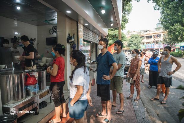 Xếp hàng dài mua đồ ăn ở Long Biên (Hà Nội): Khách mang cả cái nồi to, chủ quán làm 500 tô/ngày vẫn không đủ bán - Ảnh 3.